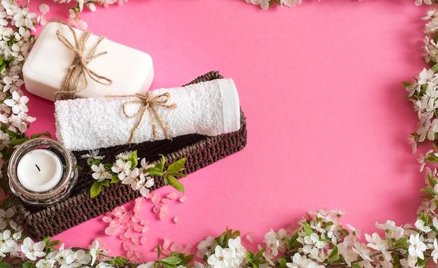 Spa Martwa Natura Na Pojedyncze Różowe ściany Z Wiosennych Kwiatów Darmowe Zdjęcia