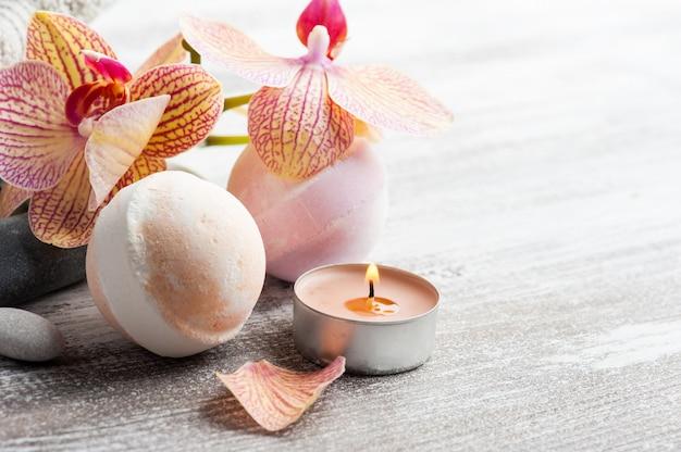 Spa Martwa Natura Z Bombami Do Kąpieli I Czerwoną Pomarańczową Orchideą Premium Zdjęcia