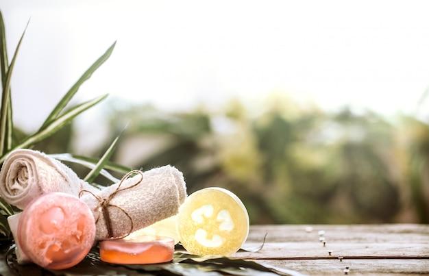 Spa Ręcznie Robione Mydło I Ręcznik, Skład Drewniany Stół Z Liści Tropikalnych Premium Zdjęcia