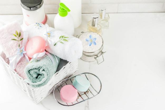 Spa relaks i koncepcja kąpieli, sól morska, mydło, kosmetyki i ręczniki w łazience Premium Zdjęcia