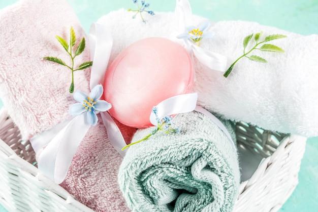 Spa relaksuje i kąpać się pojęcie morze soli mydło z kosmetykami i ręcznikami na bławym conrete tle Premium Zdjęcia