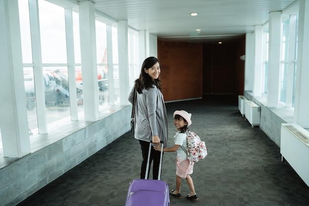 Spaceruje Kobieta W Ciąży I Jej Dziecko Premium Zdjęcia