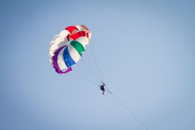 Spadochroniarz na kolorowym spadochronie Premium Zdjęcia