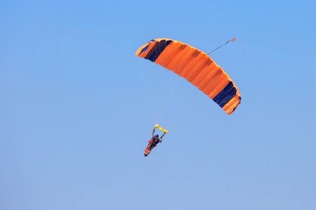 Spadochroniarz Pod Pomarańczowym Spadochronem Premium Zdjęcia