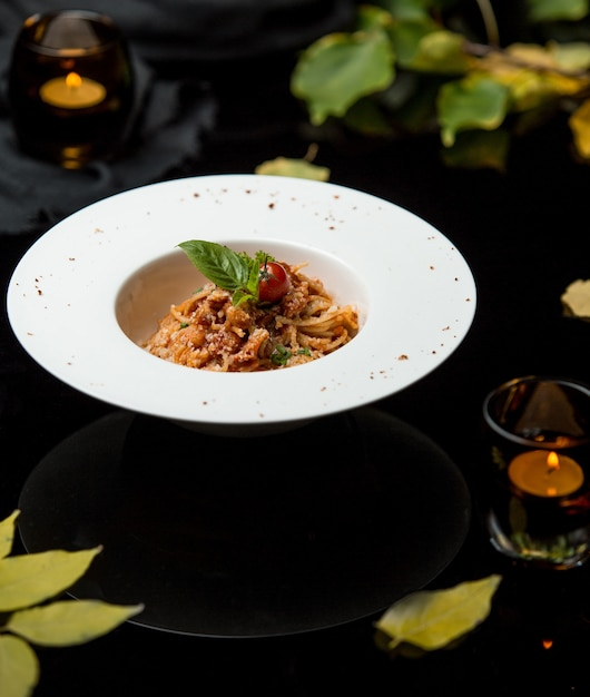 Spaghetti w sosie pomidorowym i tartym serem Darmowe Zdjęcia