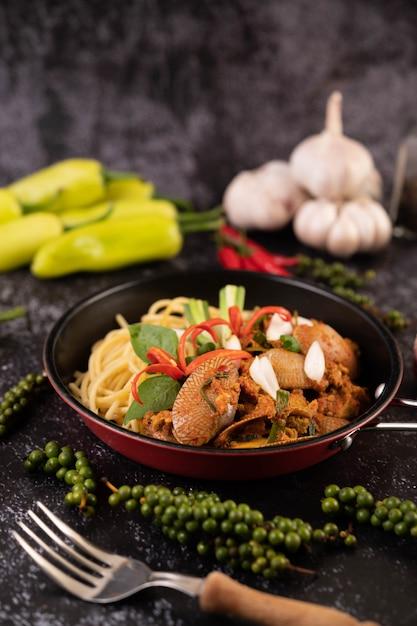 Spaghetti Z Małżami W Czarnej Płytce Z Chilli świeży Czosnek I Pieprz. Darmowe Zdjęcia