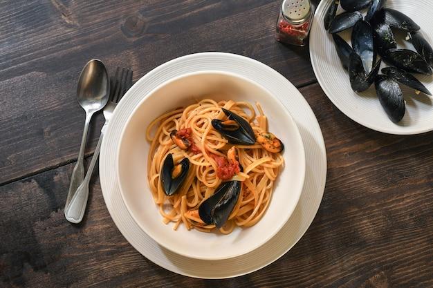 Spaghetti Z Sosem Pomidorowym I Owocami Morza Premium Zdjęcia