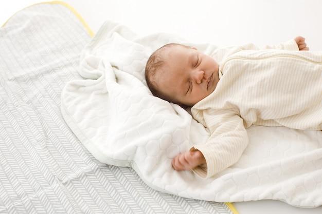 Spanie noworodka na kocu Premium Zdjęcia