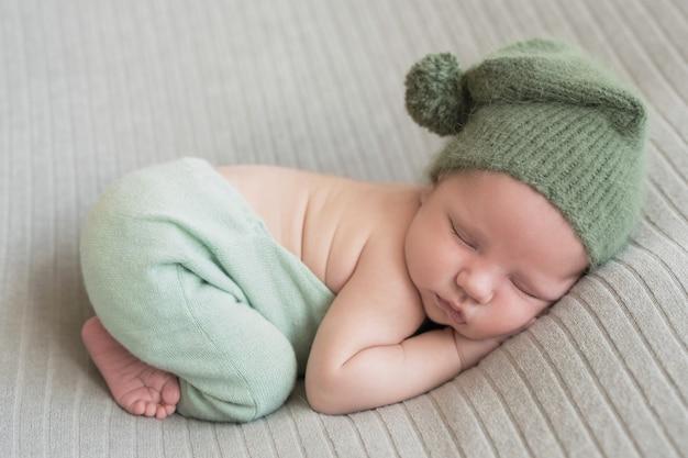 Śpiąca Noworodka. Zdrowa I Medyczna Koncepcja. Zdrowe Dziecko, Koncepcja Szpitala I Szczęśliwe Macierzyństwo. Niemowlę Szczęśliwa Ciąża I Poród. Motyw Dziecięcy. Artykuły Dla Niemowląt I Dzieci Premium Zdjęcia