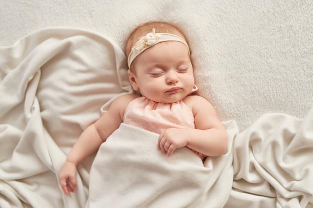 Śpiące Dziecko 3 Miesiące Na świetle Premium Zdjęcia