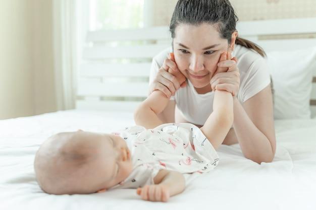 Śpiące dziecko i mama bawi się stopami dziecka Darmowe Zdjęcia