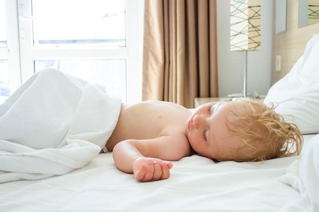 Śpiące Dziecko W łóżku. Koncepcja Dobrego I Zdrowego Snu Dziecka Premium Zdjęcia