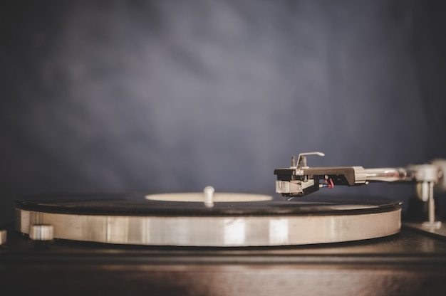 Spinning record player with vintage vinyl Darmowe Zdjęcia