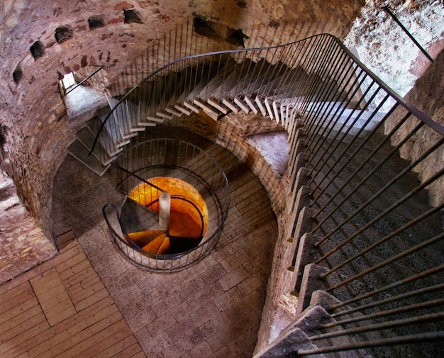 Spiralne Schody Wewnątrz Betonowego Budynku Darmowe Zdjęcia