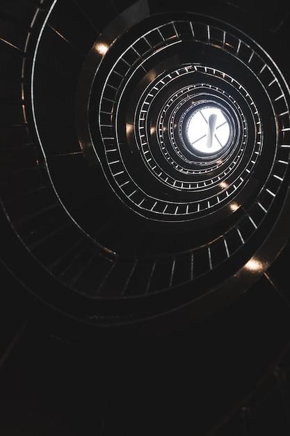Spiralne Schody Zakończone światłem Darmowe Zdjęcia