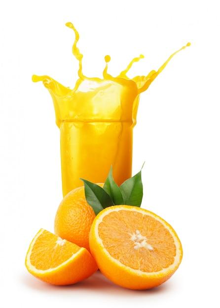 Splash Soku Pomarańczowego I Pomarańczy Z Zielonymi Liśćmi Premium Zdjęcia