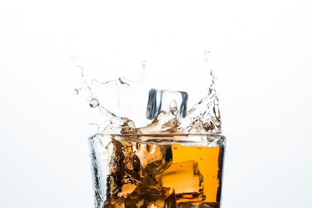 Splash Whisky Z Kostkami Lodu. Koncepcja Napojów Alkoholowych Z Lodem, Whisky Lub Brandy, Sokiem Jabłkowym I Napojami Chłodzącymi. Premium Zdjęcia