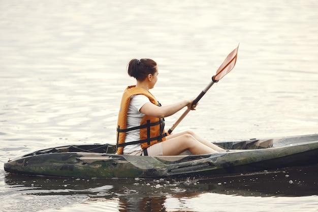 Spływ Kajakowy. Kobieta W Kajaku. Dziewczyna Brodzik W Wodzie. Darmowe Zdjęcia