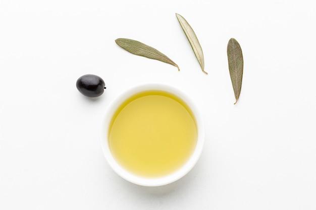 Spodek z oliwek z liśćmi i czarną oliwką Darmowe Zdjęcia