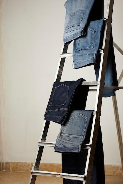 Spodnie Jeansowe Umieszczone Na Wystawie Darmowe Zdjęcia