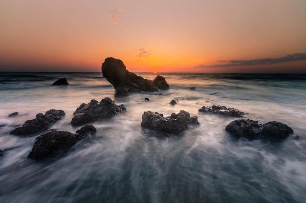 Spójrz Na Zachód Słońca Z Plaży Skał Ilbarritz W Biarritz W Kraju Basków. Premium Zdjęcia