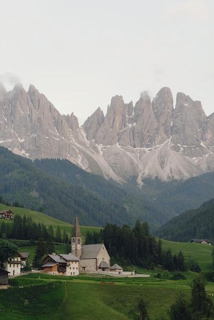Spójrz z daleka na kościół gdzieś w dolomitach włoskich Darmowe Zdjęcia