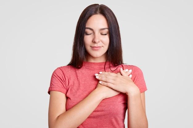 Spokojna Brunetki Kobieta Z Zamkniętymi Oczami Premium Zdjęcia