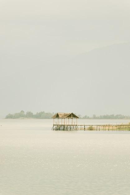Spokojna scena jeziora Premium Zdjęcia