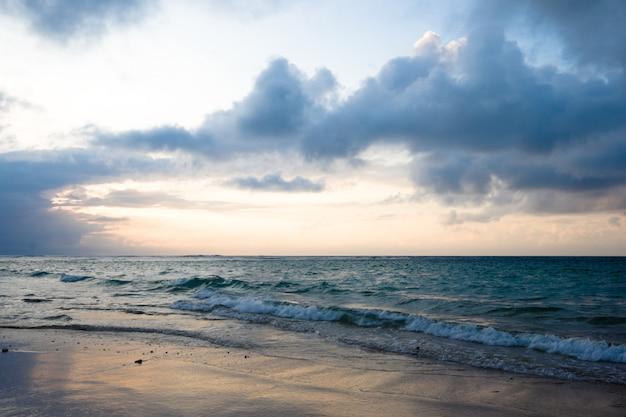 Spokojny Ocean I Plaża Na Tropikalny Wschód Słońca Premium Zdjęcia