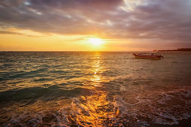 Spokojny Ocean Z łodzią Na Wschodzie Słońca Premium Zdjęcia