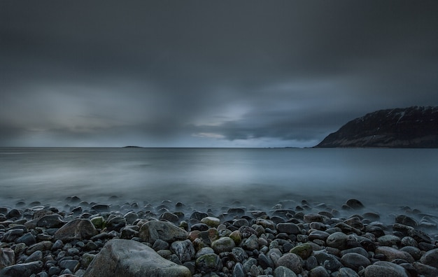 Spokojny Poranek Na Plaży Z Zimnymi Kolorami Nieba Odbijającymi Się W Morzu Na Lofotach W Norwegii Darmowe Zdjęcia
