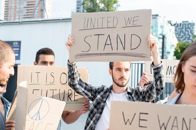 Społeczność maszeruje razem podczas demonstracji Darmowe Zdjęcia