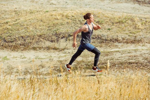 Sport Biegowy. Biegacz Człowiek Sprint Na świeżym Powietrzu W Malowniczej Przyrody. Dopasuj Muskularny Mężczyzna Sportowca Szlak Treningowy Do Biegania W Maratonie. Darmowe Zdjęcia