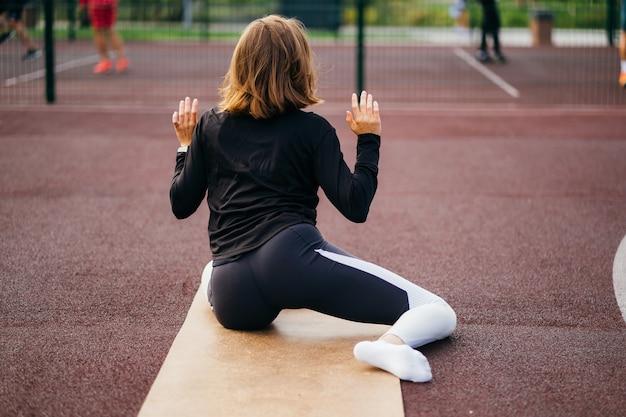 Sport I Fitness Poza Siłownią. Młoda Kobieta Pasuje W Pociągach Odzieży Sportowej Na świeżym Powietrzu Na Placu Zabaw. Darmowe Zdjęcia