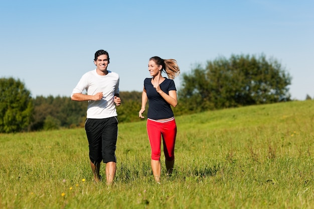 Sport para jogging na łące Premium Zdjęcia