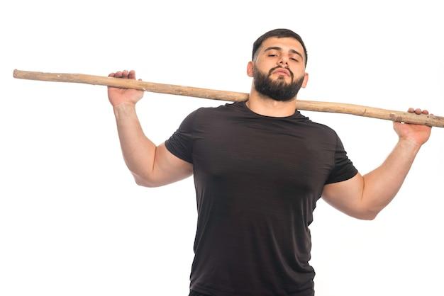Sportive Mężczyzna Trzyma Drewniany Kij Kung Fu Darmowe Zdjęcia