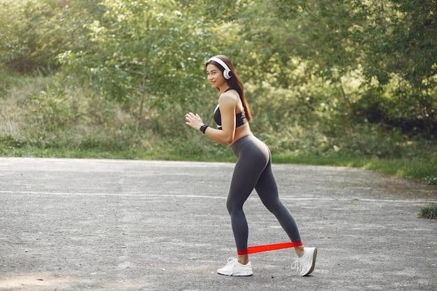 Sportowa dziewczyna trenująca ze sportowymi gumkami Darmowe Zdjęcia