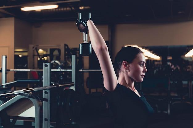 Sportowa Młoda Kobieta Robi Triceps ćwiczeniu Z Dumbbell W Sprawności Fizycznej Centrum Darmowe Zdjęcia