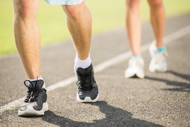 Sportowa para rano trenuje na świeżym powietrzu. Premium Zdjęcia