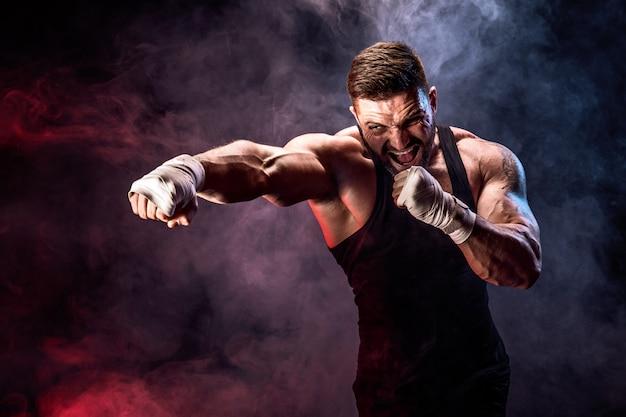 Sportowca Muay Thai Bokser Walki Na Czarnej ścianie Z Dymem. Premium Zdjęcia