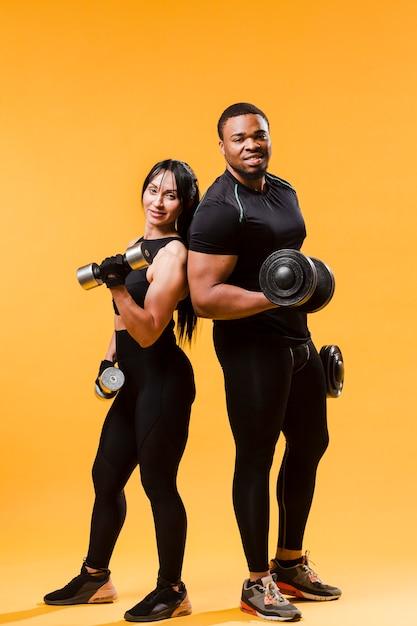 Sportowcy Pozowanie Z Ciężarkami Premium Zdjęcia