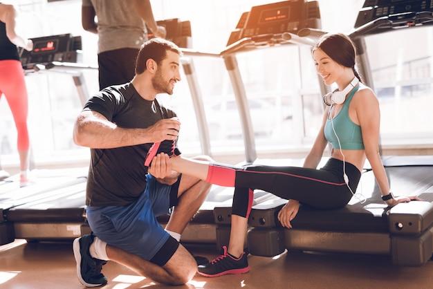 Sportowcy uprawiają nowoczesne bieżnie na jasnej siłowni. Premium Zdjęcia