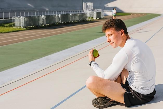 Sportowiec obserwujący bieżnię Darmowe Zdjęcia