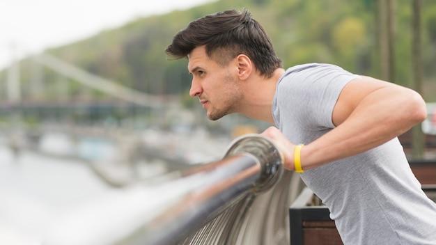 Sportowiec Widok Z Boku Przygotowuje Się Do Uruchomienia Darmowe Zdjęcia