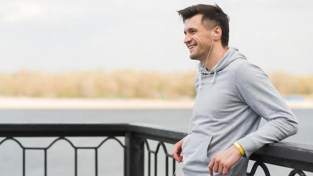 Sportowy Mężczyzna Cieszy Się Czas Outdoors Darmowe Zdjęcia