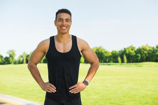 Sportowy mężczyzna ćwiczy sport plenerowy Darmowe Zdjęcia