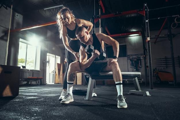 Sportowy Mężczyzna I Kobieta Z Hantlami Darmowe Zdjęcia