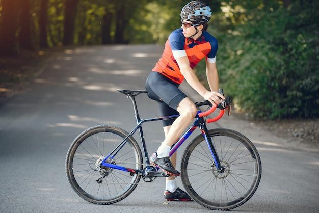 Sportowy Mężczyzna Jedzie Rower W Lato Lesie Darmowe Zdjęcia