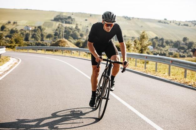 Sportowy Mężczyzna Jedzie Rower Z Tłem Natura Premium Zdjęcia