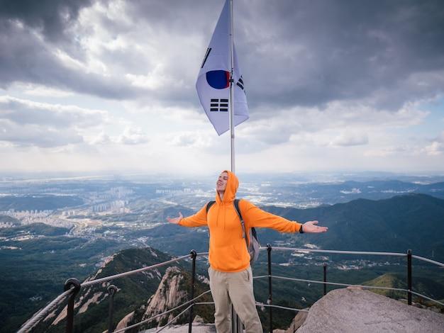 Sportowy mężczyzna na najwyższej górze seulu Premium Zdjęcia